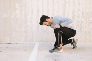 Hombre con dolor en las piernas por el síndrome de Guillián-Barré