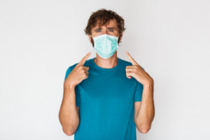 Hombre con mascarilla para prevenir coronavirus, gripe y resfriado