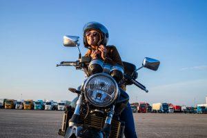 Mujer conduciendo una moto