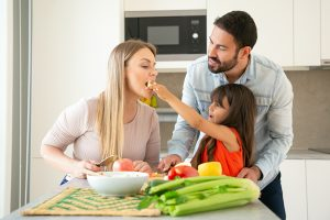 Familia adoptando propósito saludable de adoptar una alimentación saludable en 2021