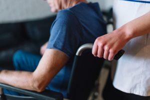 Paciente de Esclerosis Lateral Amiotrófica en silla de ruedas