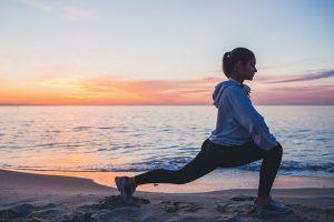 Mujer realizando actividad física como propósito saludable para 2021
